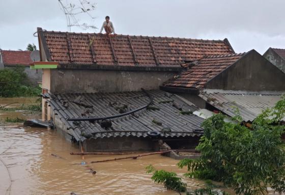 Quảng Bình: Giải cứu 20 người trong xe khách bị lũ cuốn trôi, 100.000 ngôi nhà ngập sâu ảnh 4