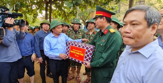 Thủ tướng Nguyễn Xuân Phúc làm việc với các tỉnh miền Trung về khắc phục hậu quả cơn lũ lịch sử ảnh 7