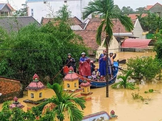 Thủ tướng Nguyễn Xuân Phúc làm việc với các tỉnh miền Trung về khắc phục hậu quả cơn lũ lịch sử ảnh 4