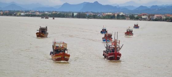 Bão qua đi, hàng trăm tàu thuyền về neo sông Nhật Lệ chờ ngày ra khơi trở lại ảnh 1