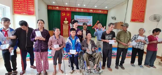 Tặng quà những gia đình khó khăn tại Quảng Bình và Quảng Trị ảnh 2