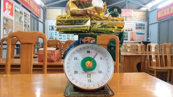 Quảng Bình: Bắt giữ đối tượng vận chuyển 3kg ma túy đá và 800 viên ma túy tổng hợp ảnh 1