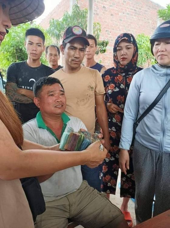 Quảng Bình: Dân giúp tài xế bị lật xe thu gom dưa trong mưa ảnh 1