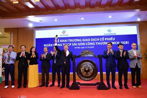 Sáng nay, 15-10, tại Sở Giao dịch Chứng khoán Hà Nội (HNX), Ngân hàng Thương mại cổ phần Sài Gòn Công thương (SaigonBank) tiến hành khai trương giao dịch cổ phiếu SaigonBank trên UPCoM với mã chứng khoán SGB. ảnh 1