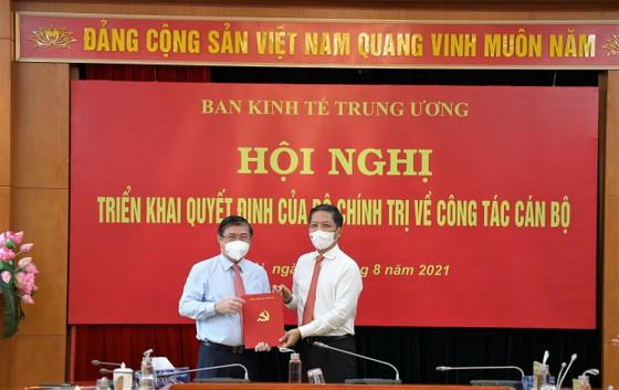 Trao quyết định Phó Trưởng Ban Kinh tế Trung ương cho đồng chí Nguyễn Thành Phong ảnh 1