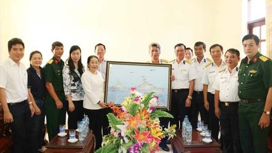 Thành ủy TPHCM thăm, tặng quà Vùng 5 Hải quân ảnh 1