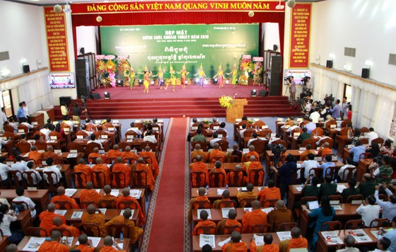 Thủ tướng chung vui Tết cổ truyền Chôl Chnăm Thmây với đồng bào Khmer ảnh 1