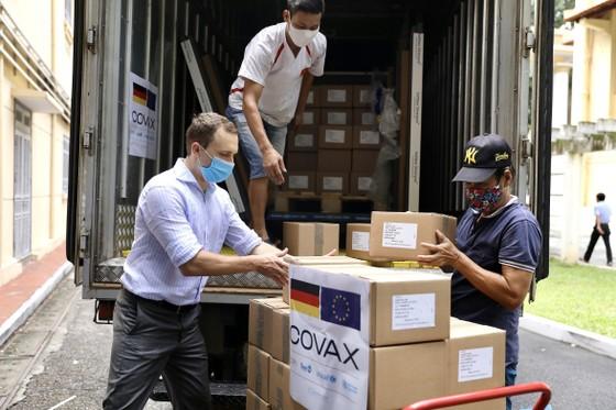 Hơn 850.000 liều vaccine AstraZeneca về đến Việt Nam ảnh 1