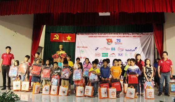 """Mang """"Áo trắng đến trường"""" cho hàng trăm học sinh nghèo Đắk Nông ảnh 2"""