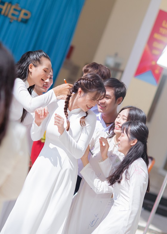 """Đông Nhi giới thiệu MV """"Khi con là mẹ"""" đầy xúc động ảnh 3"""