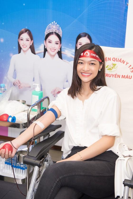 Hoa hậu Đỗ Mỹ Linh, Tiểu Vy cùng 200 tình nguyện viên hiến máu cứu người ảnh 4