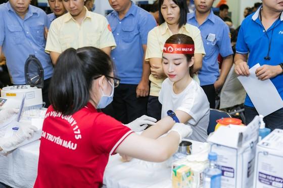 Hoa hậu Đỗ Mỹ Linh, Tiểu Vy cùng 200 tình nguyện viên hiến máu cứu người ảnh 2