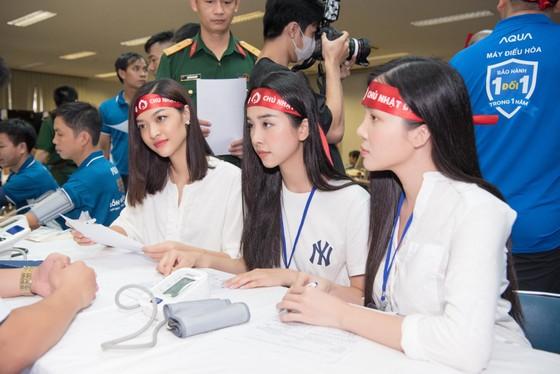Hoa hậu Đỗ Mỹ Linh, Tiểu Vy cùng 200 tình nguyện viên hiến máu cứu người ảnh 5