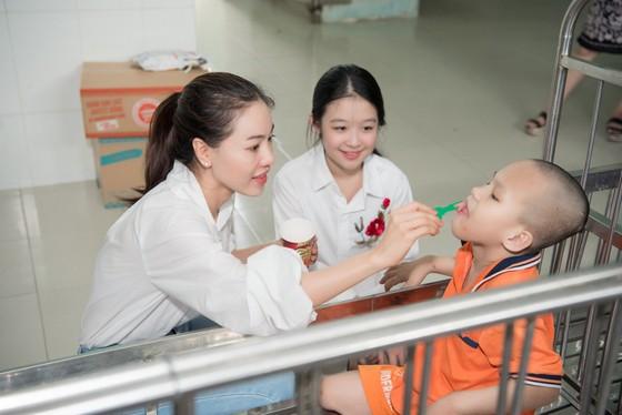 Tiểu Vy, Lương Thuỳ Linh cùng các á hậu thăm, tặng quà trẻ em kém may mắn ảnh 5