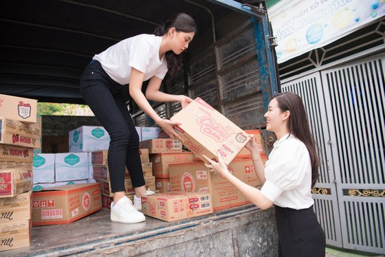 Tiểu Vy, Lương Thuỳ Linh cùng các á hậu thăm, tặng quà trẻ em kém may mắn ảnh 2