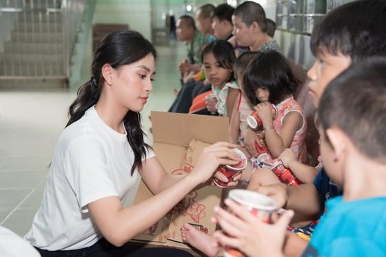 Tiểu Vy, Lương Thuỳ Linh cùng các á hậu thăm, tặng quà trẻ em kém may mắn ảnh 3