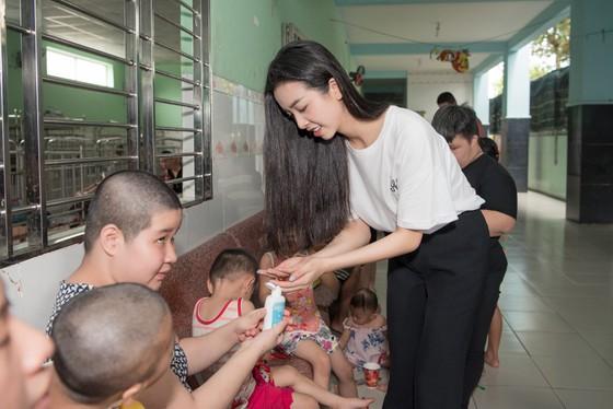 Tiểu Vy, Lương Thuỳ Linh cùng các á hậu thăm, tặng quà trẻ em kém may mắn ảnh 9