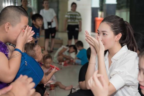 Tiểu Vy, Lương Thuỳ Linh cùng các á hậu thăm, tặng quà trẻ em kém may mắn ảnh 8