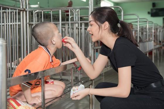 Tiểu Vy, Lương Thuỳ Linh cùng các á hậu thăm, tặng quà trẻ em kém may mắn ảnh 7