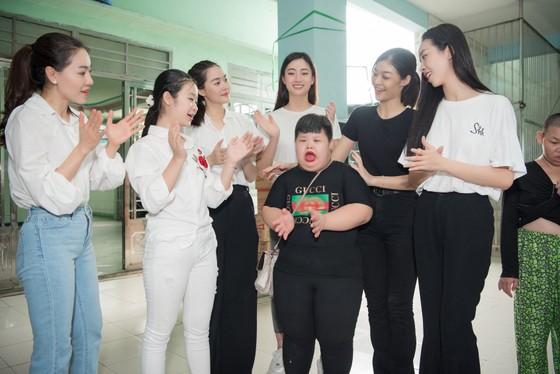 Tiểu Vy, Lương Thuỳ Linh cùng các á hậu thăm, tặng quà trẻ em kém may mắn ảnh 6