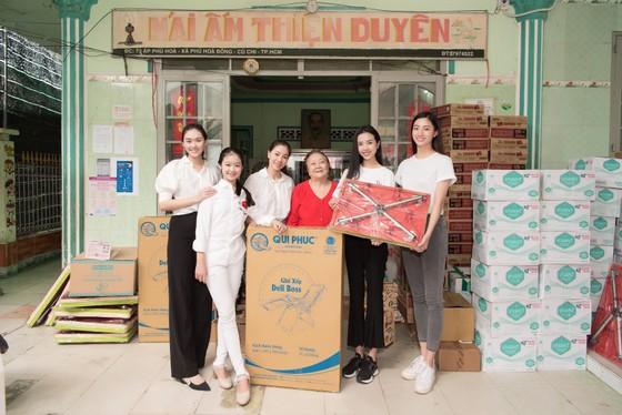 Tiểu Vy, Lương Thuỳ Linh cùng các á hậu thăm, tặng quà trẻ em kém may mắn ảnh 1