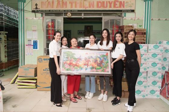 Tiểu Vy, Lương Thuỳ Linh cùng các á hậu thăm, tặng quà trẻ em kém may mắn ảnh 10