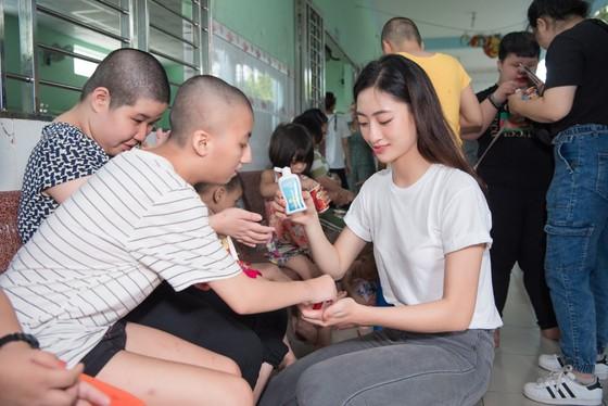 Tiểu Vy, Lương Thuỳ Linh cùng các á hậu thăm, tặng quà trẻ em kém may mắn ảnh 4