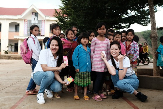 Hoa hậu Khánh Vân cùng ngôi nhà OBV trao hơn 500 phần quà cho học sinh tại Đắk Nông ảnh 4