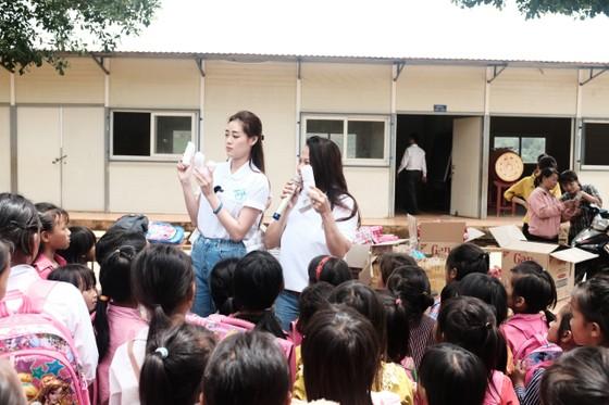 Hoa hậu Khánh Vân cùng ngôi nhà OBV trao hơn 500 phần quà cho học sinh tại Đắk Nông ảnh 2