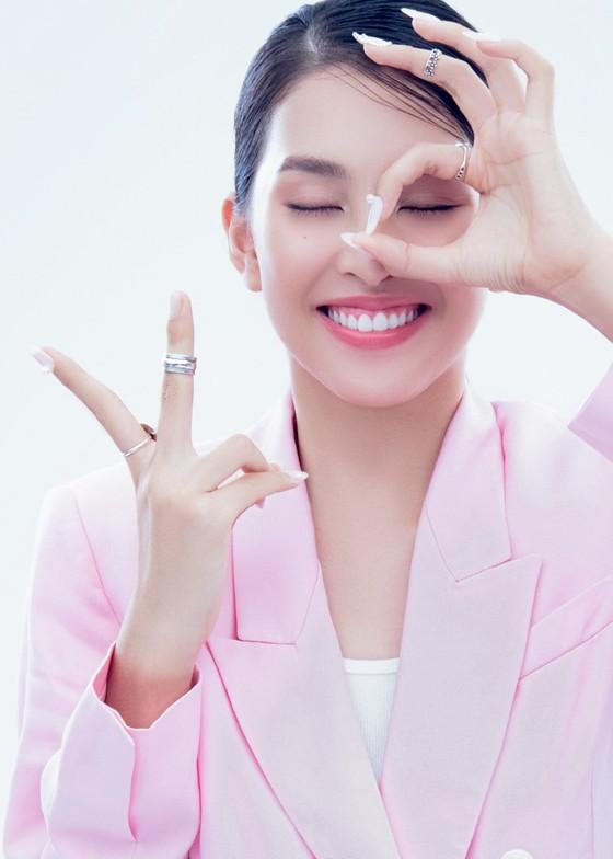 Hoa hậu Tiểu Vy biến hóa phong cách trong loạt ảnh mới ảnh 2