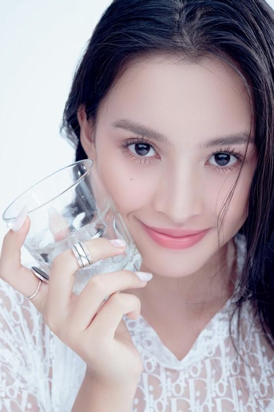 Hoa hậu Tiểu Vy biến hóa phong cách trong loạt ảnh mới ảnh 4