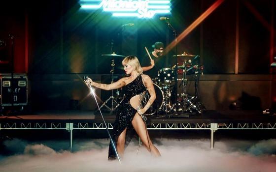 Miley Cyrus gợi cảm trong thiết kế của NTK Công Trí ảnh 1