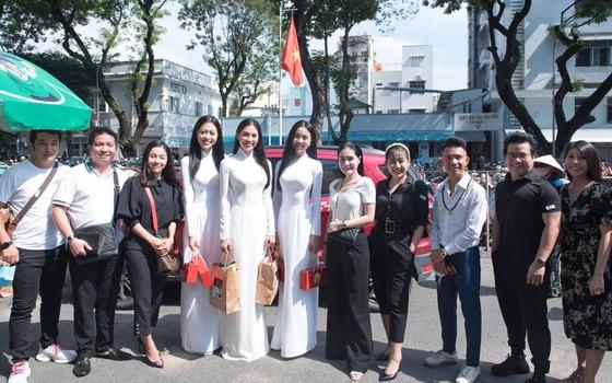 Hoa hậu Tiểu Vy, Phương Nga, Thúy An tặng quà trung thu cho bệnh nhi ảnh 3