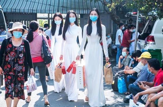 Hoa hậu Tiểu Vy, Phương Nga, Thúy An tặng quà trung thu cho bệnh nhi ảnh 2