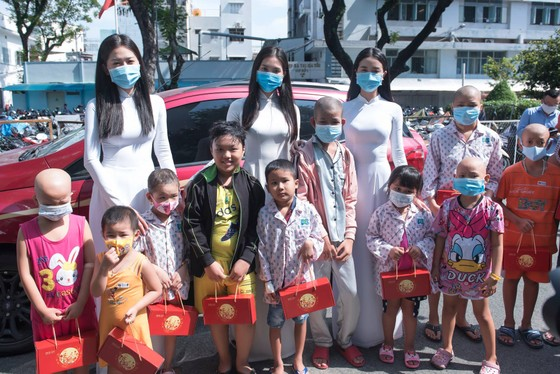 Hoa hậu Tiểu Vy, Phương Nga, Thúy An tặng quà trung thu cho bệnh nhi ảnh 1