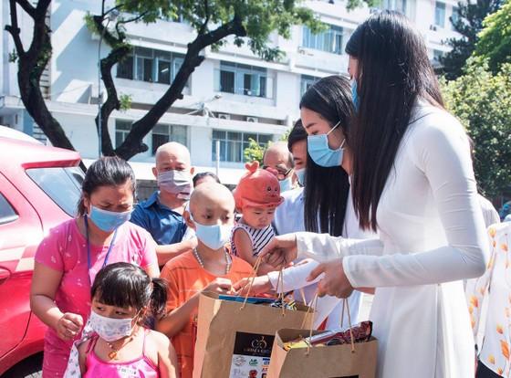 Hoa hậu Tiểu Vy, Phương Nga, Thúy An tặng quà trung thu cho bệnh nhi ảnh 4