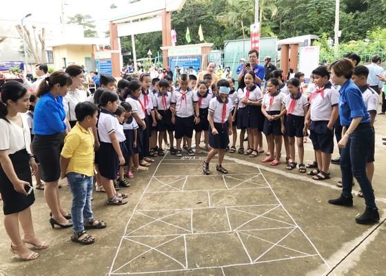 Mang 'Trăng rằm tuổi thơ' về với trẻ em vùng sâu tỉnh Đồng Nai ảnh 8