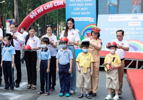 Hoa hậu Lương Thùy Linh vận động đội mũ bảo hiểm cho trẻ em ảnh 1