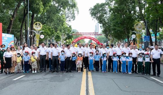 Hoa hậu Lương Thùy Linh vận động đội mũ bảo hiểm cho trẻ em ảnh 3