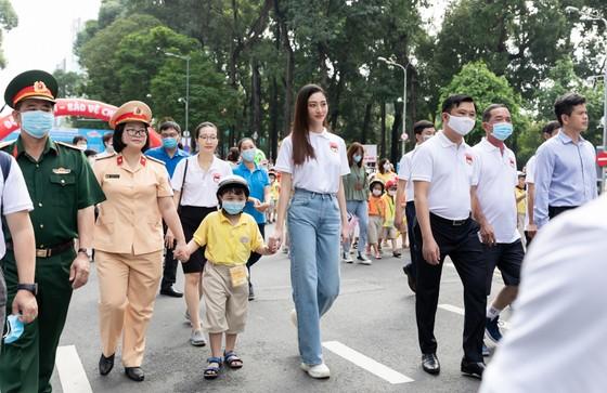 Hoa hậu Lương Thùy Linh vận động đội mũ bảo hiểm cho trẻ em ảnh 2