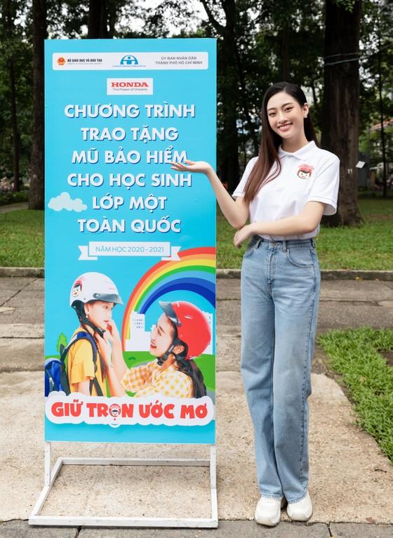 Hoa hậu Lương Thùy Linh vận động đội mũ bảo hiểm cho trẻ em ảnh 5