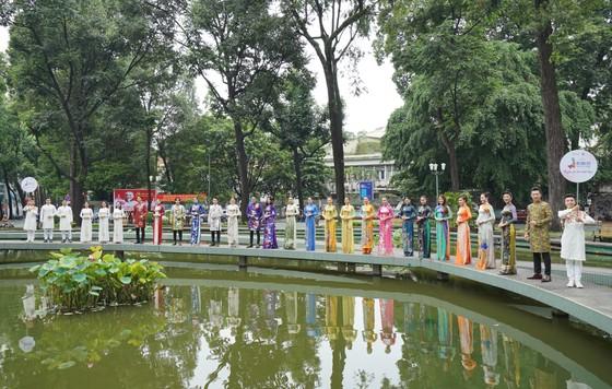 NSƯT Phi Điểu và nhiều nghệ sĩ truyền cảm hứng tình yêu áo dài tại các điểm du lịch TPHCM ảnh 5