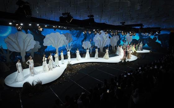 Khánh Vân, Lan Khuê, Lương Thuỳ Linh, Tường San khai mạc Vietnam Runway Fashion Week 2020 ảnh 3