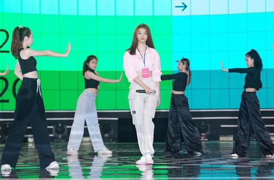 Dàn sao tất bật chuẩn bị cho đêm chung kết Hoa hậu Việt Nam 2020 ảnh 7