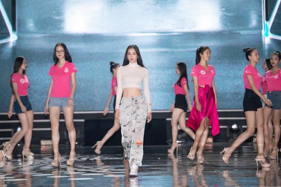 Dàn sao tất bật chuẩn bị cho đêm chung kết Hoa hậu Việt Nam 2020 ảnh 8