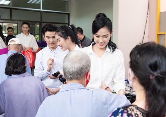 Chuyến từ thiện đầu tiên của Tân Hoa hậu Đỗ Thị Hà ảnh 1
