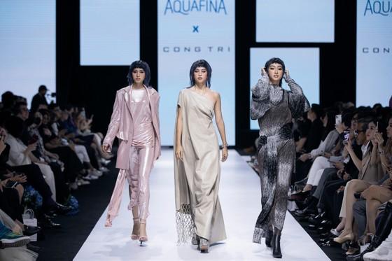 Tân hoa hậu Đỗ Thị Hà lần đầu catwalk khai mạc Aquafina Vietnam International Fashion Week 2020 ảnh 4
