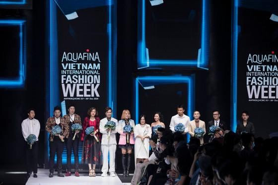 Tân hoa hậu Đỗ Thị Hà lần đầu catwalk khai mạc Aquafina Vietnam International Fashion Week 2020 ảnh 1