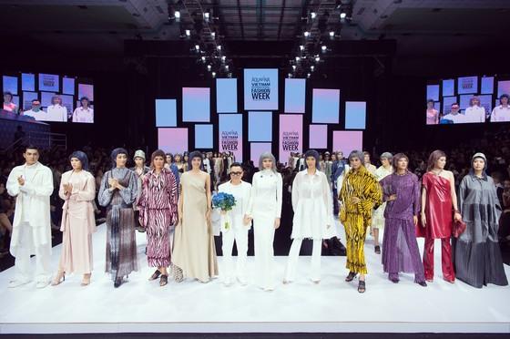 Tân hoa hậu Đỗ Thị Hà lần đầu catwalk khai mạc Aquafina Vietnam International Fashion Week 2020 ảnh 3
