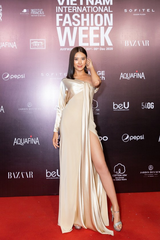 Tân hoa hậu Đỗ Thị Hà lần đầu catwalk khai mạc Aquafina Vietnam International Fashion Week 2020 ảnh 17